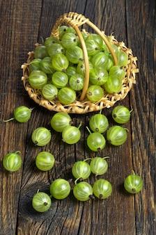 Корзина с зелеными ягодами крыжовника