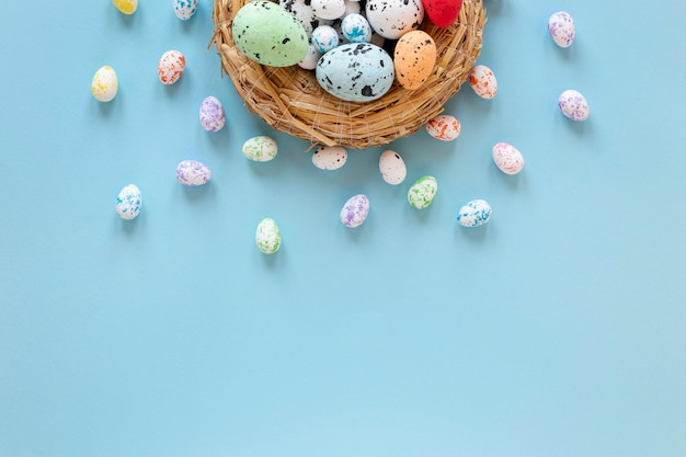 부활절을위한 그려진 계란 바구니