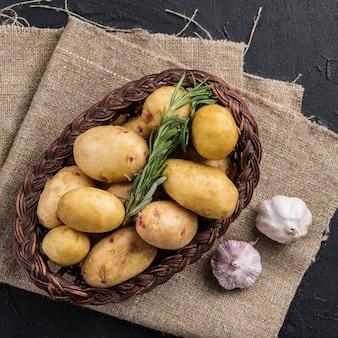 감자와 마늘 옆에 바구니