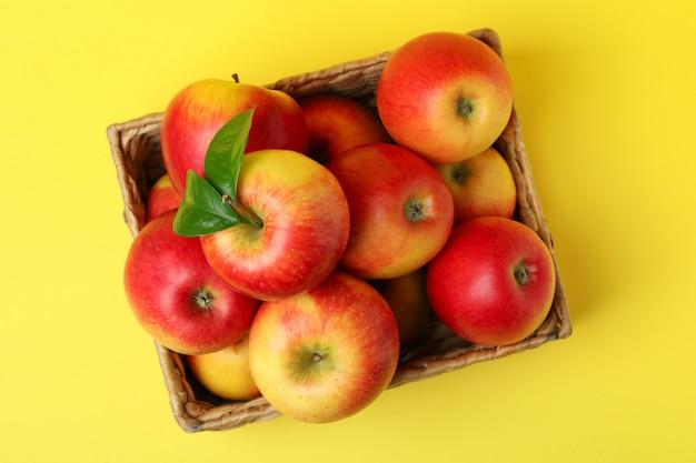노란색 바탕에 빨간 사과 바구니