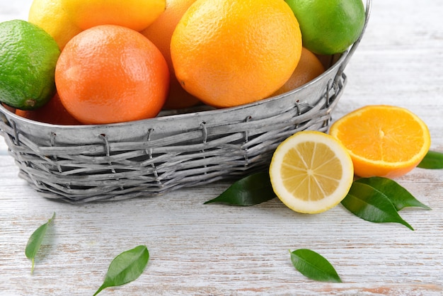 テーブルの上の熟した柑橘系の果物のバスケット