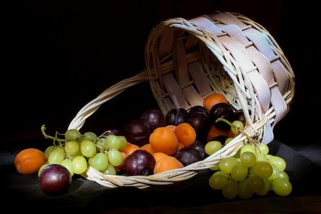 Корзина с спелых свежих фруктов. свежие фрукты в корзине