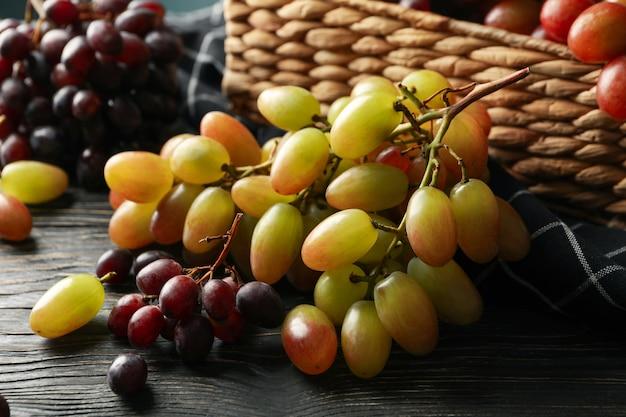 Корзина со спелым виноградом на дереве