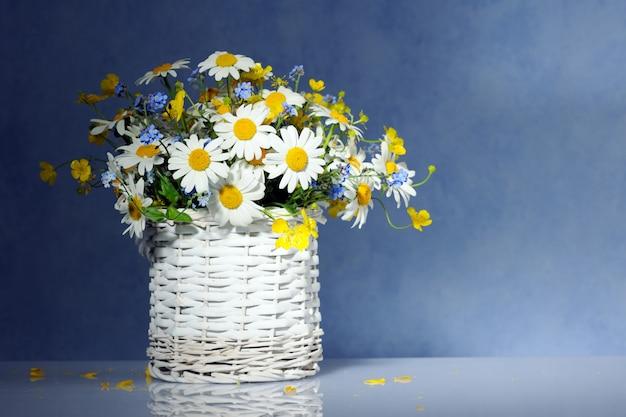 파란색 바탕에 봄 꽃 바구니