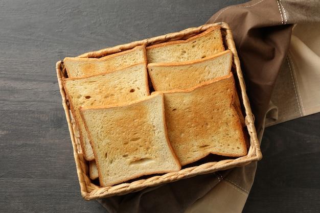 나무 배경에 토스트 빵 바구니