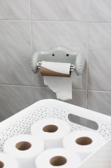 Cesto con rotoli di carta igienica