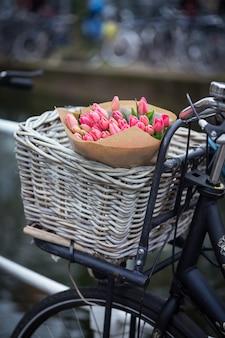 암스테르담에서 자전거에 튤립 바구니