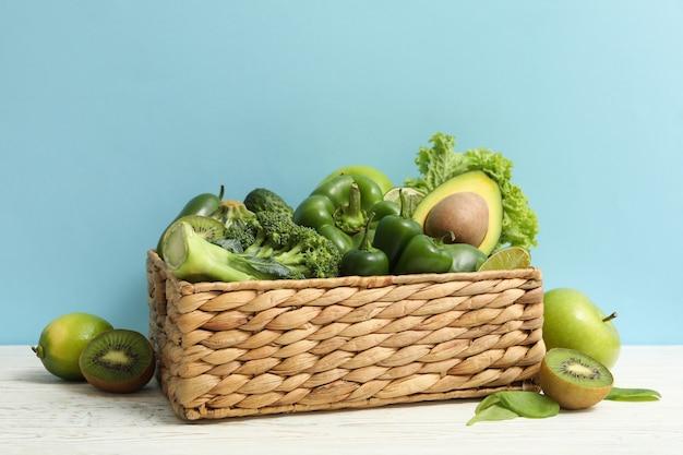 青の背景に果物と野菜のバスケット