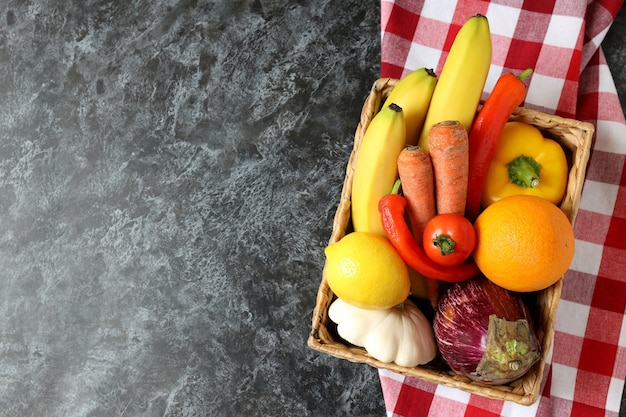 검은 스모키 테이블에 키친 타월에 야채와 과일 바구니