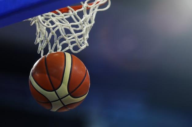 リングを打った後のバスケットボール