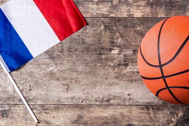 木製のテーブルにバスケットボールとフランスの旗