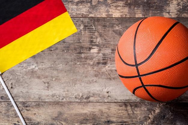木製のテーブルのバスケットボールとドイツの旗