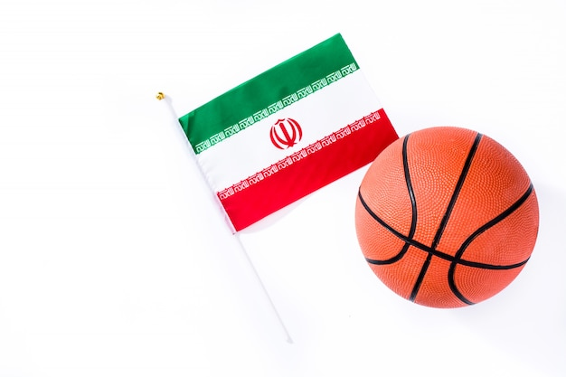 Баскетбол и иранский флаг на белом фоне
