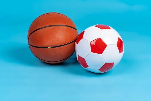 파란 표면에 농구와 축구 공