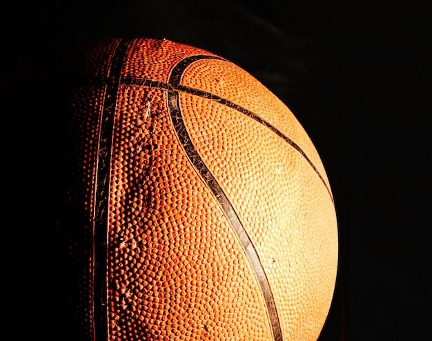 Баскетбольный мяч в темноте