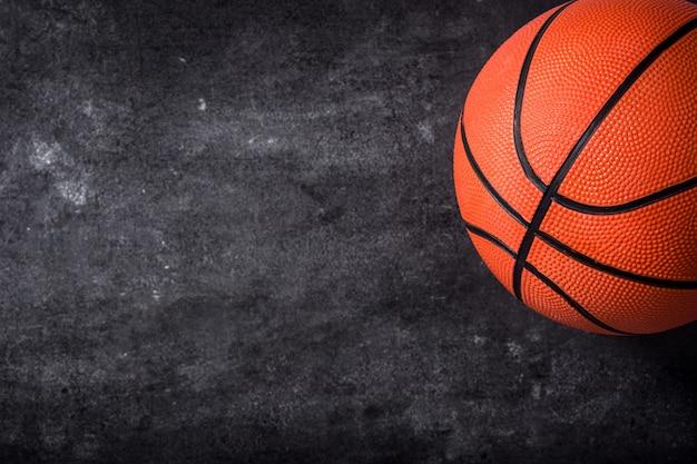 Баскетбольный мяч на доске
