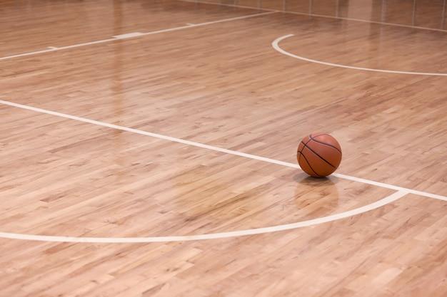 농구 코트의 농구 공