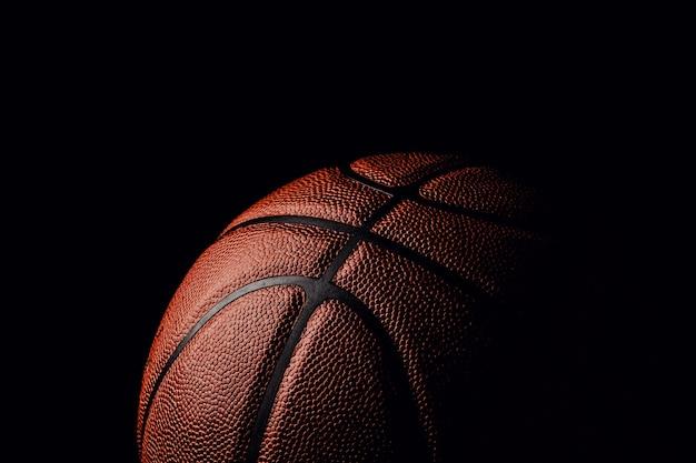 Баскетбольный мяч на черном.