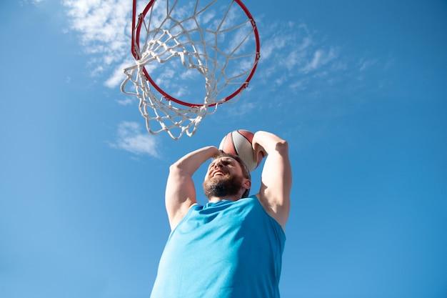 농구 컨셉의 남자가 점프하고 슬램 덩크를 만들어서 스트리트볼 농구 도시 정통을 하고 있다
