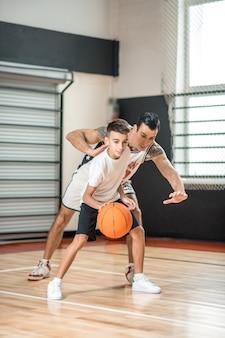 농구. 검은 머리 남자 소년과 농구