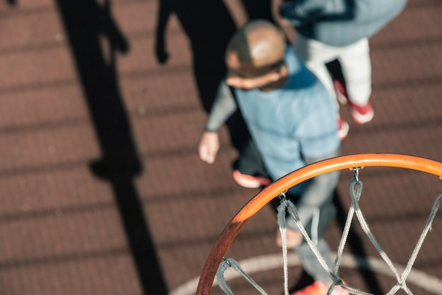 バスケットボール用品。地面にぶら下がっているバスケットボールのリングの選択的な焦点