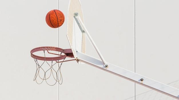 フープに落ちるバスケットボール