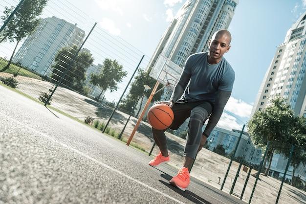 농구 게임. 훈련에 오는 동안 농구 코트에서 노는 행복 한 적극적인 사람