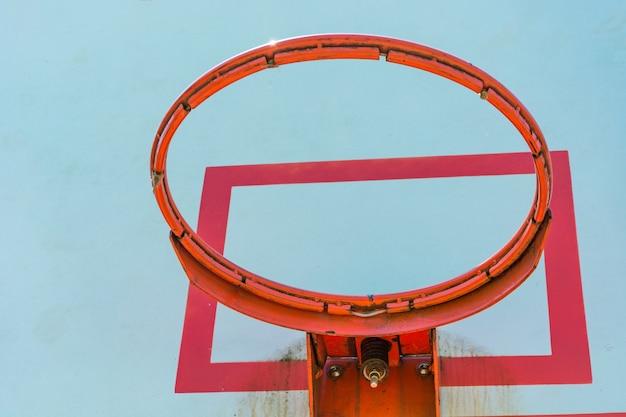 푸른 하늘 농구 후프와 판