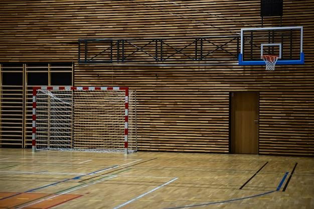 현대 학교 체육관에서 농구 후프와 핸드볼 목표