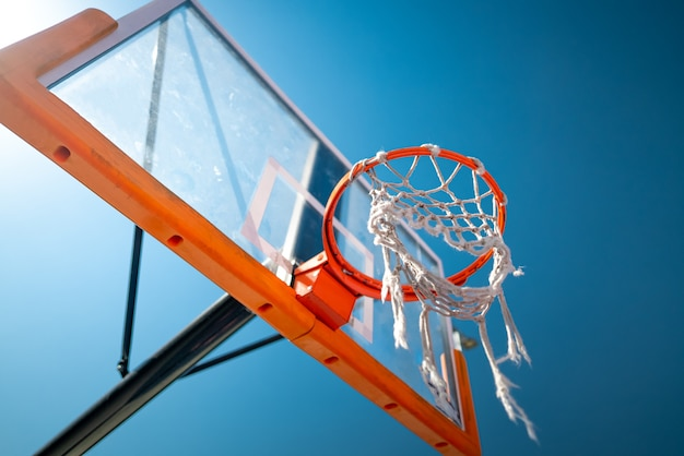 농구 후프는 배경에 야외 푸른 하늘을 닫습니다
