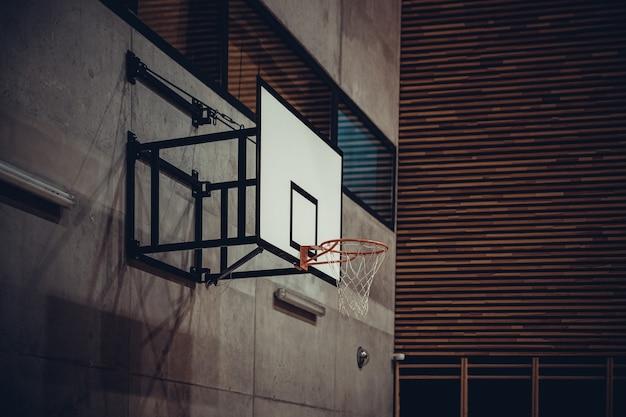 現代の学校の体育館でのバスケットボールのフープ。