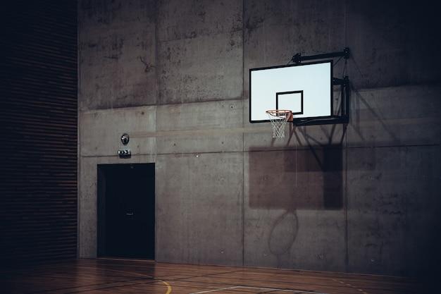 현대 학교 체육관에서 농구 후프.