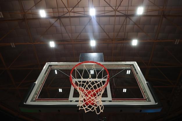 ジムのバスケットボールのフープ。写真中央のセレクティブフォーカス