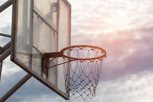 フレアと空の背景にバスケットボールのフープ