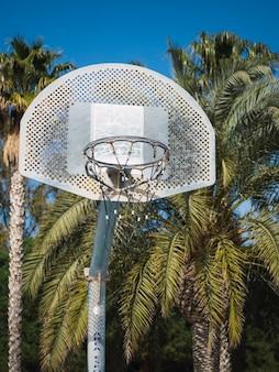 Баскетбольное кольцо снаружи на детской площадке.