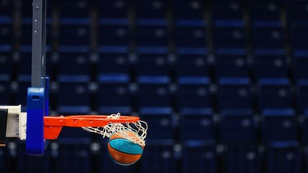 스포츠 경기장의 빈 자리에 공을 농구 후프