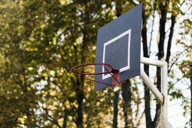 그물없이 농구 후프를 닫습니다.