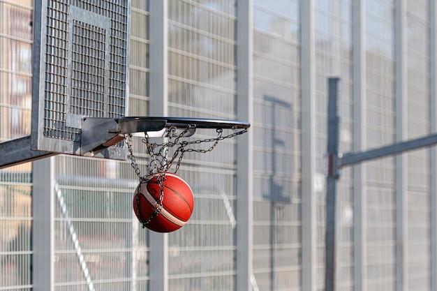 Баскетбольные кольца разной высоты на общественном спортивном поле, концепция активного отдыха и досуга