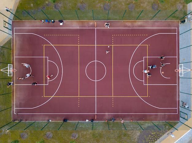 バスケットボールの試合。ドローンからバスケットボールコート、選手、観客までの空中写真。上面図。