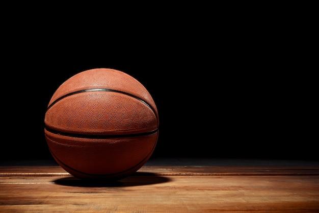 堅材のコートの床にバスケットボール