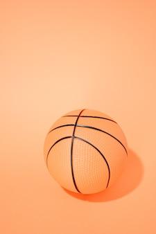 오렌지 배경에 농구입니다. 스포츠 및 competition.copy 공간. 3d 그림