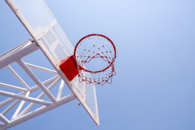 Спортивная игра в баскетбольную площадку на фоне голубого неба