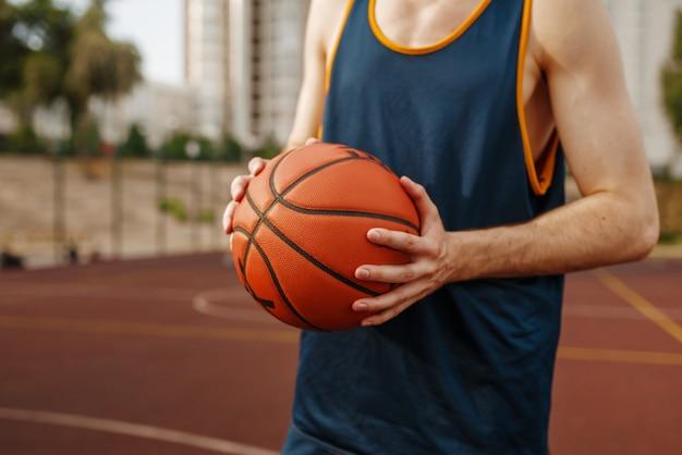 Баскетболист, стремящийся к броску, открытая площадка