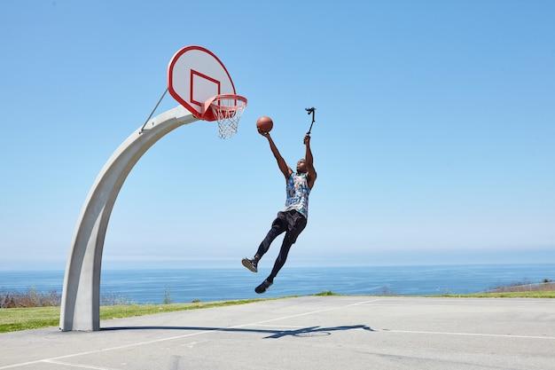自撮りカメラでダンクするバスケットボール選手
