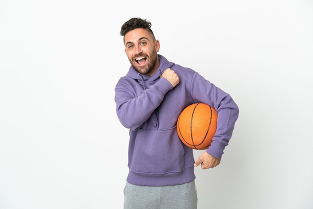 농구 선수 남자는 승리를 축 하하는 흰색 배경에 고립
