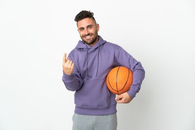 농구 선수 남자 오는 제스처를 하 고 흰색 배경에 고립