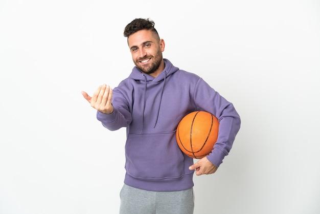 手で来るように誘う白い背景で隔離のバスケットボール選手の男。あなたが来て幸せ