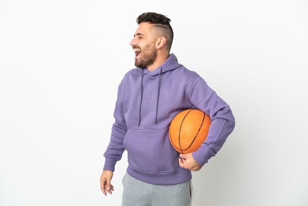 농구 선수 남자 측면 위치에 웃 고 흰색 배경에 고립