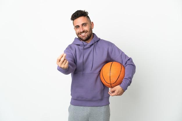 Человек баскетболиста, изолированные на белом фоне, делая денежный жест
