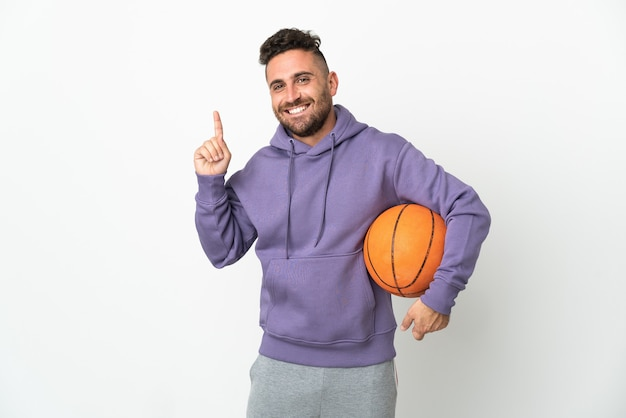 좋은 아이디어를 가리키는 흰색 배경에 고립 된 농구 선수 남자